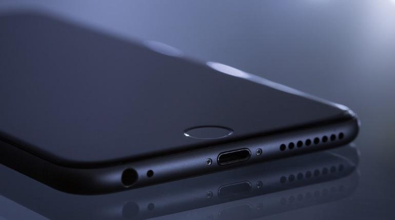 В Петергофе неизвестный силой отобрал мобильный телефон у курсанта