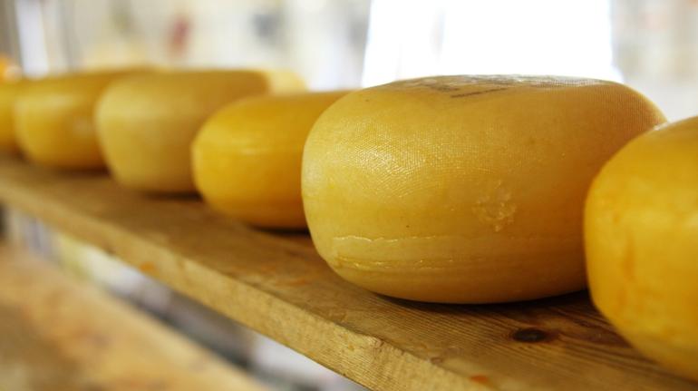 В гипермаркете Выборгского района поймали вора с 26 кг сыра в карманах