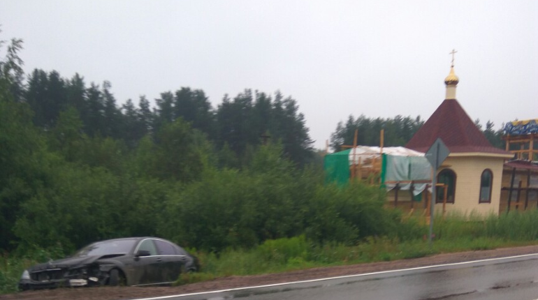 Mercedes вылетел в кювет на мокром Горском шоссе