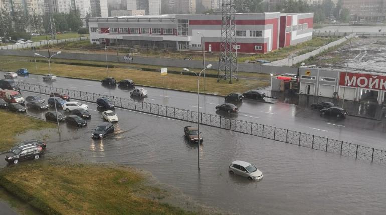 «Водоканал» объяснил, почему Парашютную снова затопило