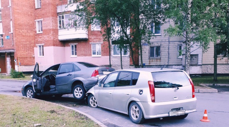 В Киришах школьник задним ходом сбил пенсионерку на папиной машине