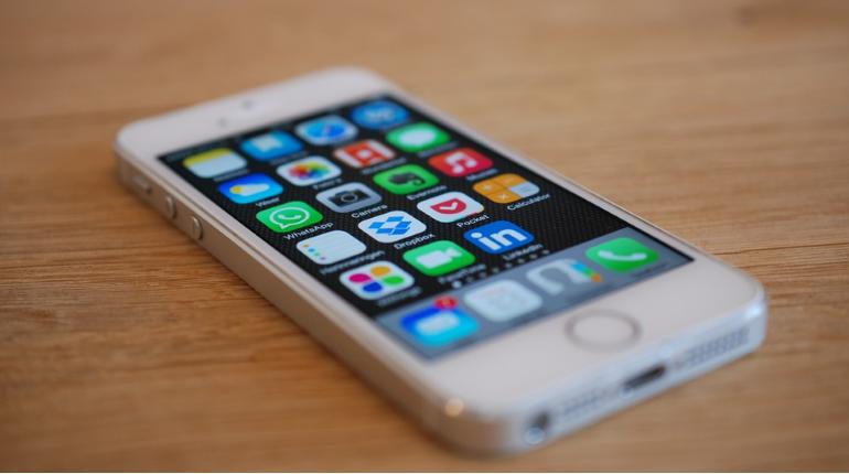 Эксперты рассказали, почему лучше не носить смартфон в кармане