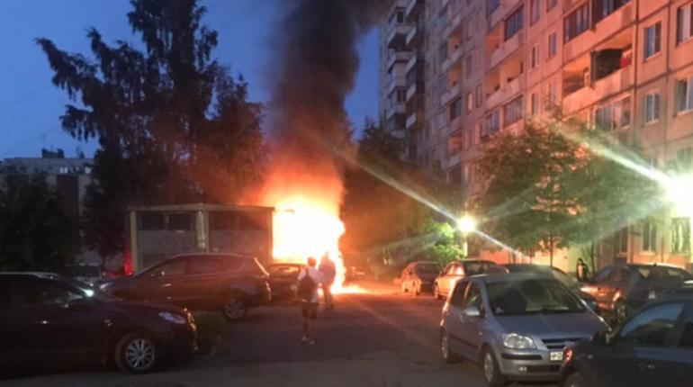Ночной проспект Энтузиастов осветил полыхающий грузовик
