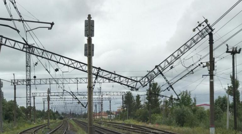 Упавший на рельсы столб остановил поезда в Ленобласти