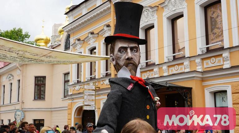 Гигантские герои Достоевского прошли по Кузнечному переулку — фоторепортаж «Мойки78»