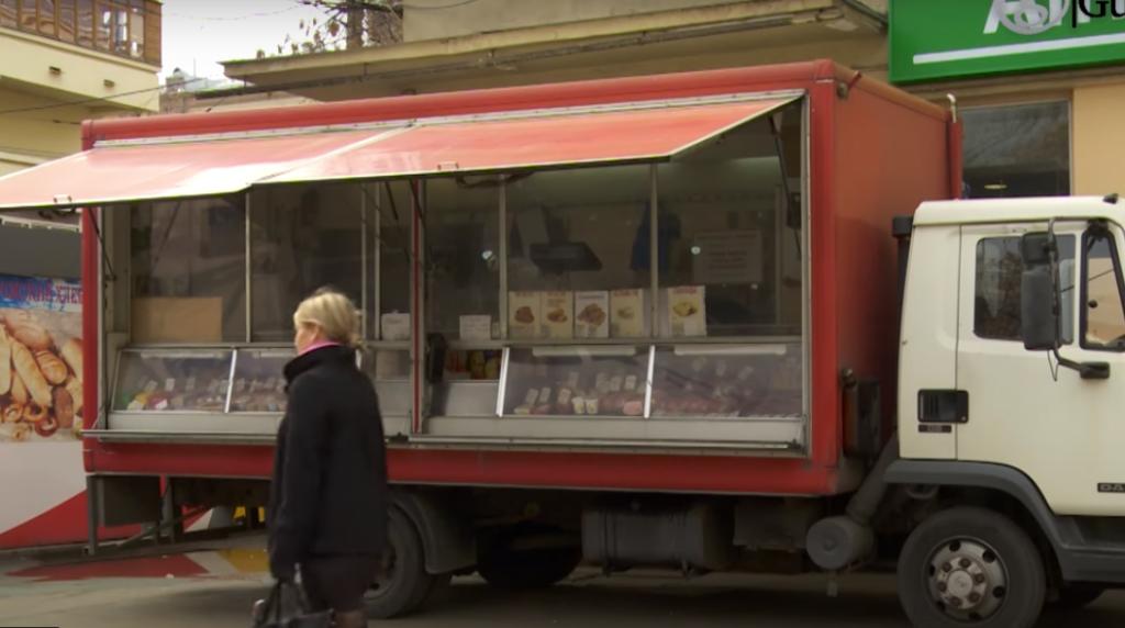 КИО разрешит фермерам продавать овощи и грибы из автолавок у метро
