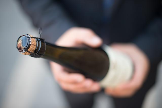 Найден хулиган, скинувший на прохожего бутылку из-под шампанского