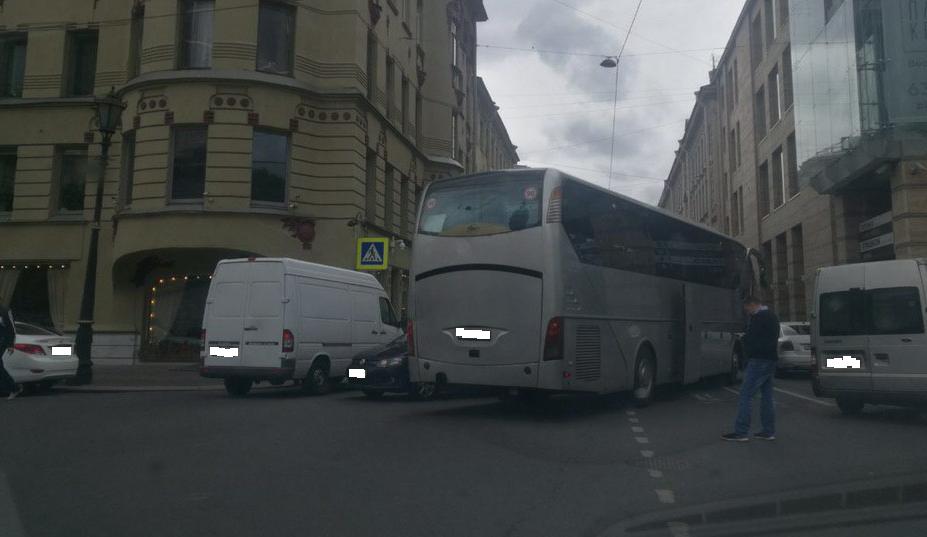 Автобус и Renault со «шрамами» остановили движение по Казанской улице
