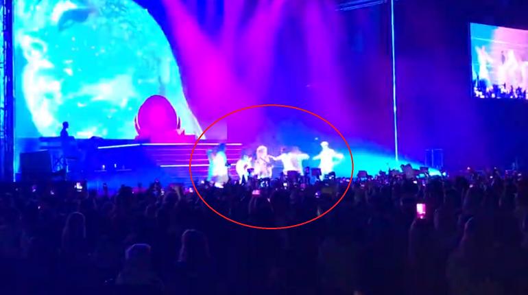 На концерте в Петербурге Кристина Агилера рухнула со сцены