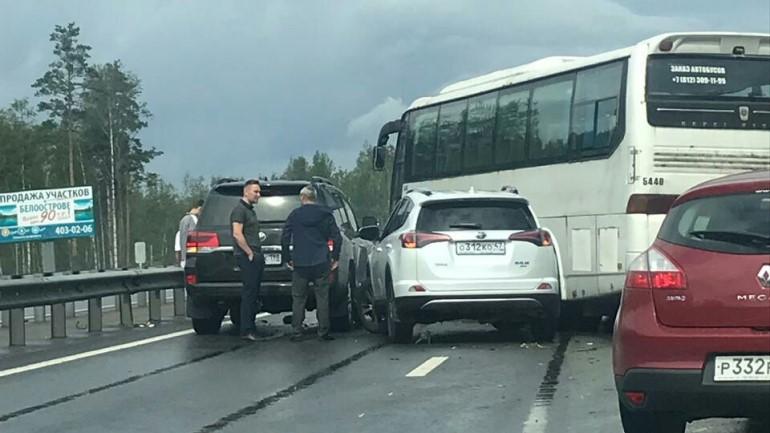 Новоприозерское шоссе встало в пробку из-за массового ДТП