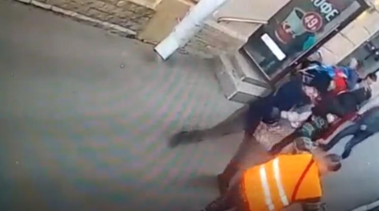 Нападение неадеквата на кондуктора в Петербурге попало на видео