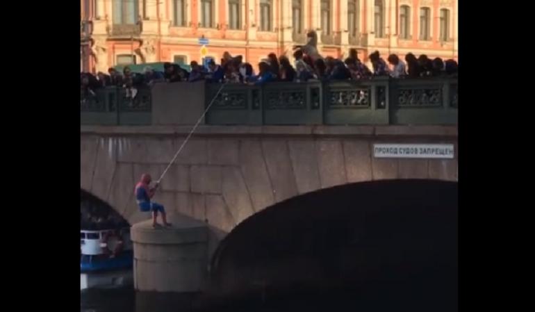 Неуклюжего человека-паука заметили на Аничковом мосту