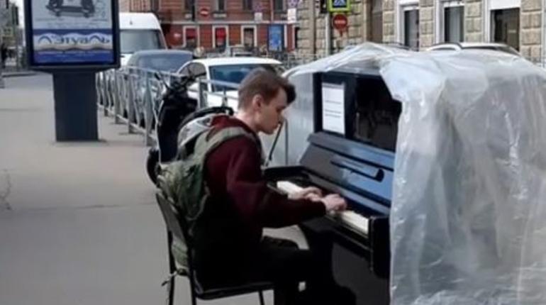 «Это было почти чудо»: жители Петроградки остались без второго уличного пианино