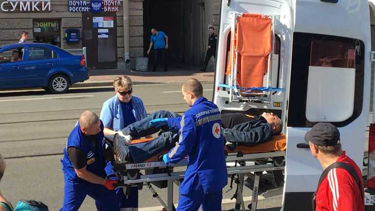 У «Василеостровской» пассажир такси сломал ногу об авто виновника ДТП