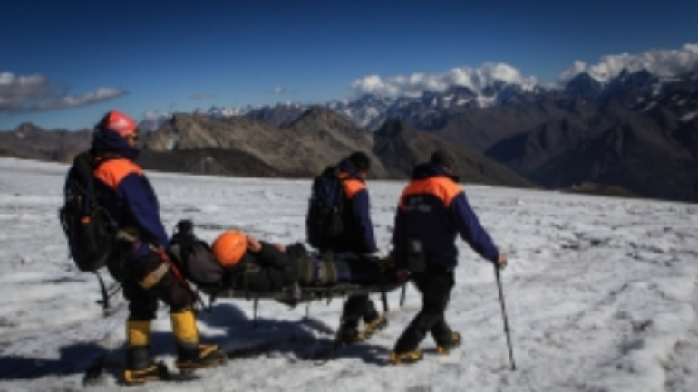 Спасатели спускают с горы Урал тела погибших петербургских альпинистов