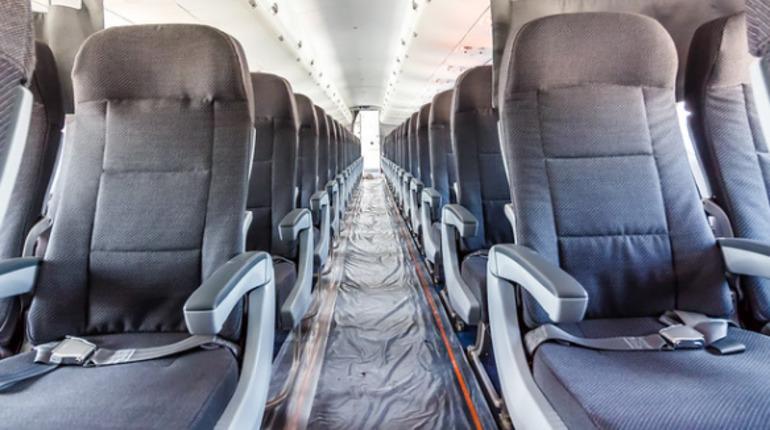 Пассажиры потолкались в самолете из Милана: их встретила транспортная полиция Пулково
