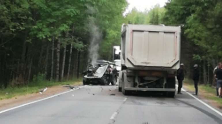 Самосвал сложил в «гармошку» «Ниву» в Ленобласти, водитель погиб