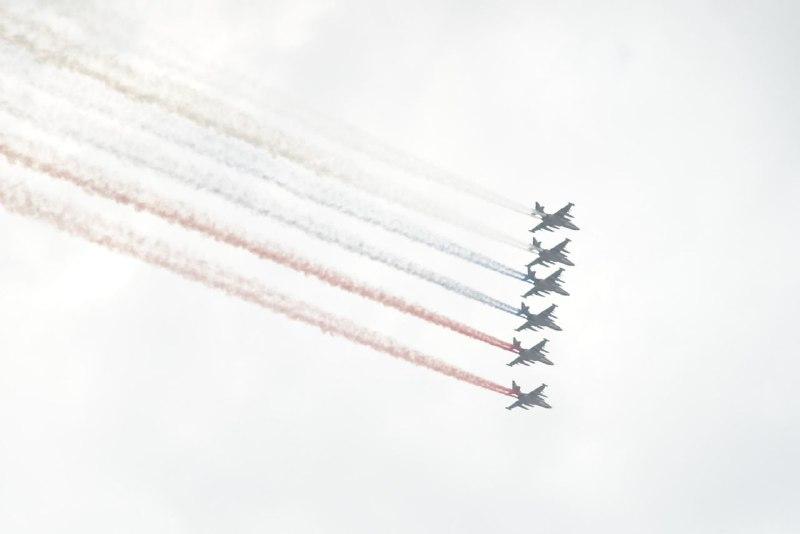 Боевая авиация раскрасила небо над Петербургом в цвета триколора