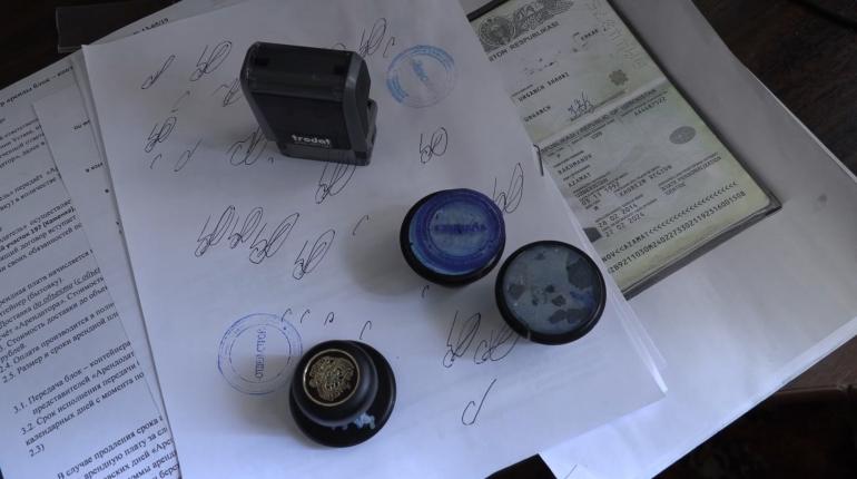 Полиция показала документы, найденные у миграционной ОПГ в Петербурге