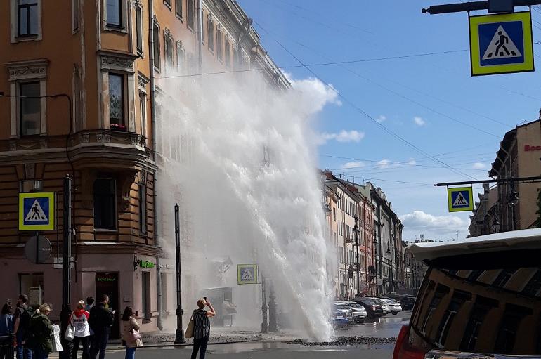 Фонтан из прорванной трубы на Восстания чуть не затопил Ferrari