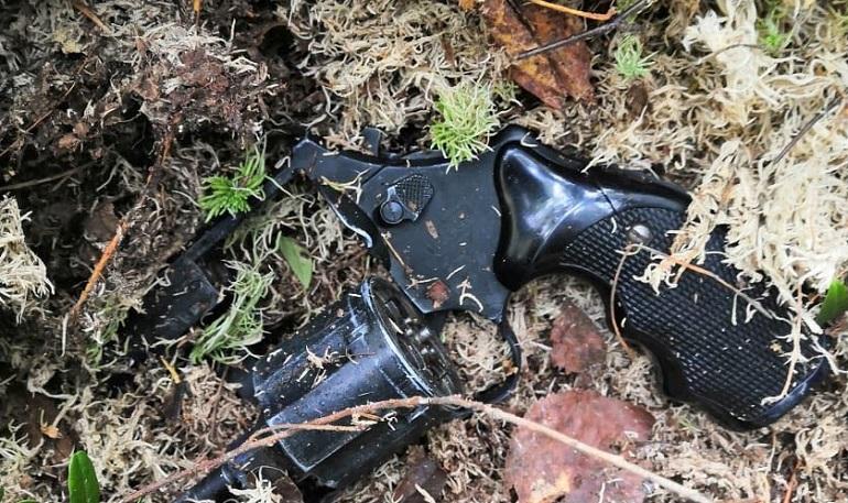 ЧОПовец из Ломоносова нашел в лесу револьвер