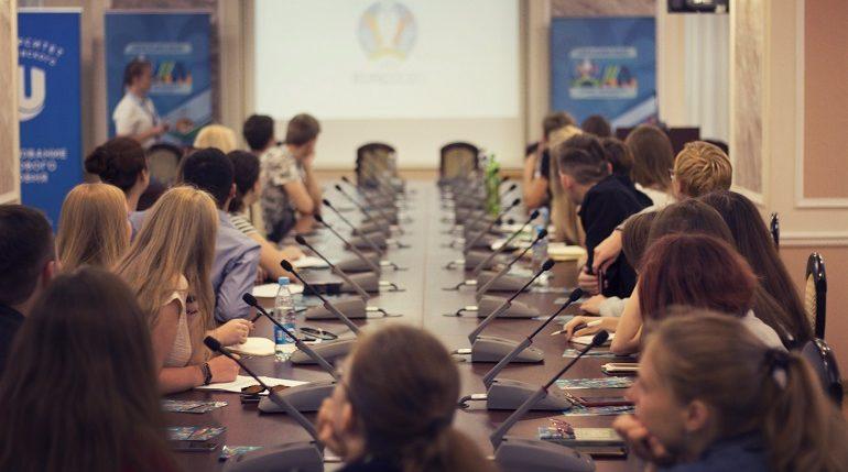 Петербургские волонтёры UEFA-2020 завершили тур по России