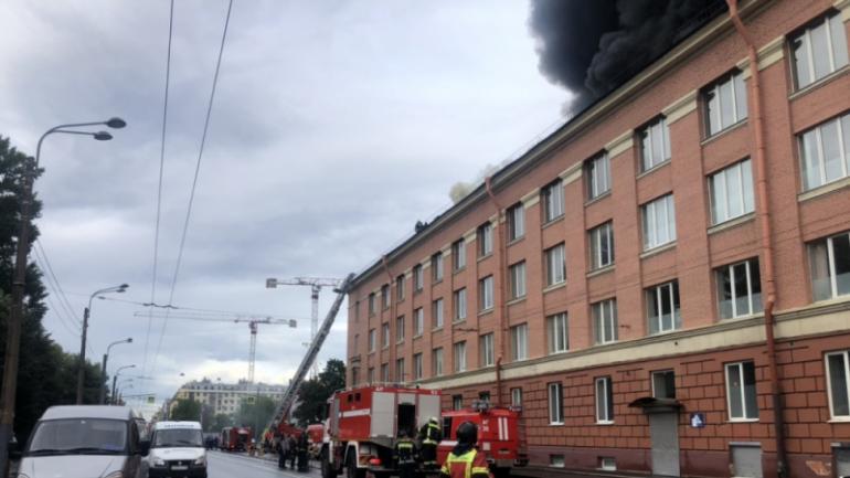 МЧС показало кадры горящего бизнес-центра на Васильевском