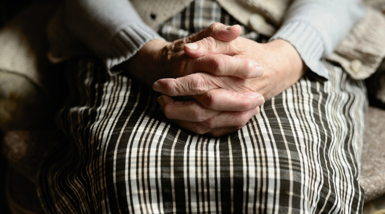 Пенсионерка из Мурино вышла погулять на Охту и осталась без телефона