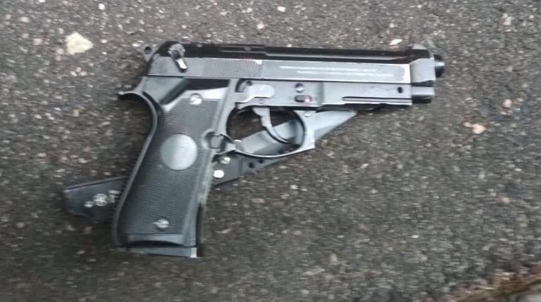 В Киришах пьяный водитель выронил пистолет, когда его остановила полиция