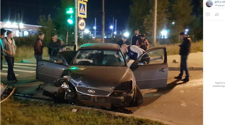 Автомобиль снес знаки и светофор на Руставели