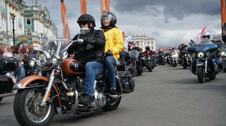 Сотни байкеров стартовали с Дворцовой площади: фоторепортаж «Мойки78»