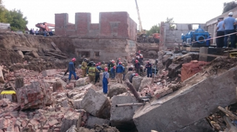 Из-под завалов в Новосибирске извлекли тело третьего погибшего