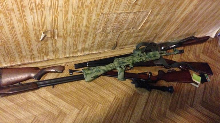 Дом и дача бизнесмена из Петербурга оказались завалены оружием