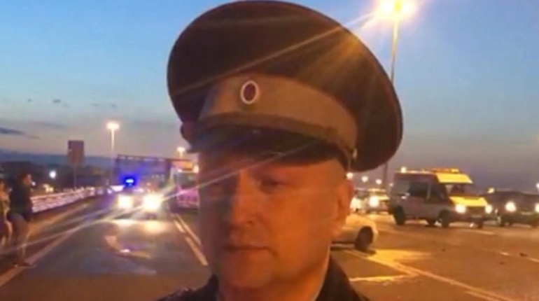 Автобус снёс ограждение на Пулковском шоссе и вылетел на тротуар