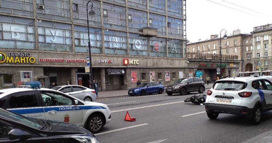 У метро «Петроградская» мотоциклист перевернулся на бок