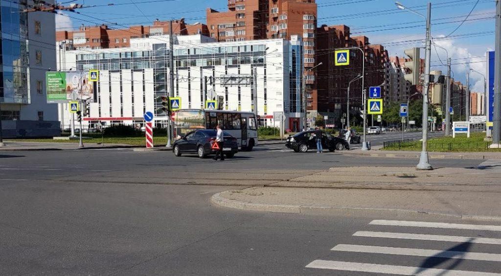 На перекрестке Десантников и Ленинского столкнулись две иномарки