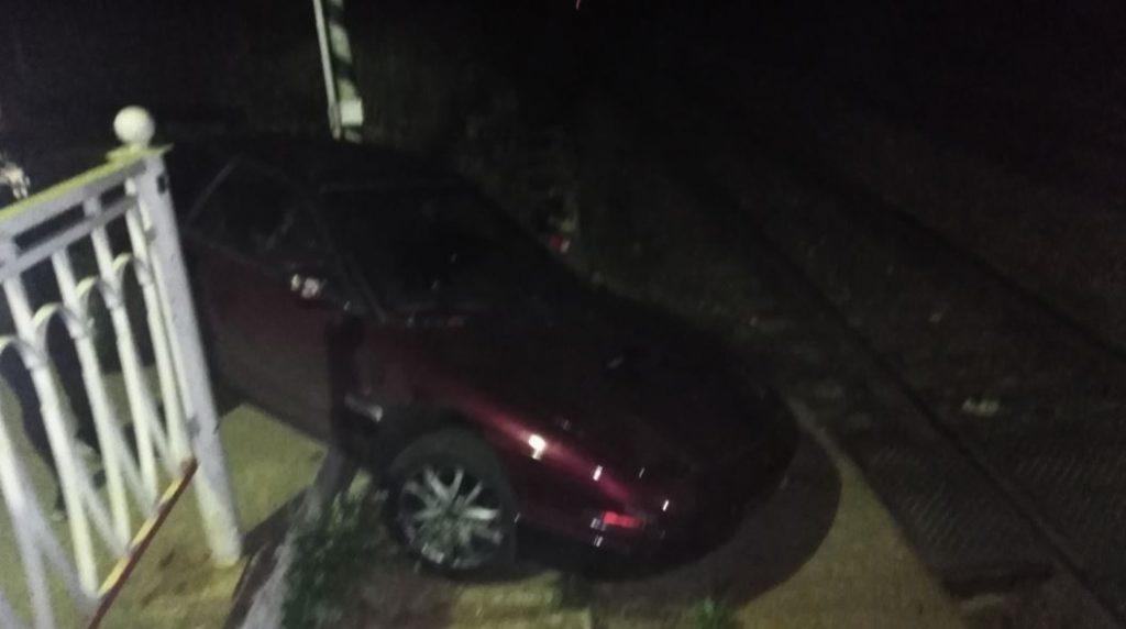 На станции Кузьмолово лихачи на автомобиле «проскочили» по пассажирским ступеням
