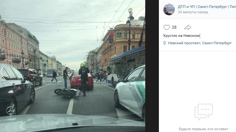 Мотоциклист въехал в легковушку на Невском проспекте