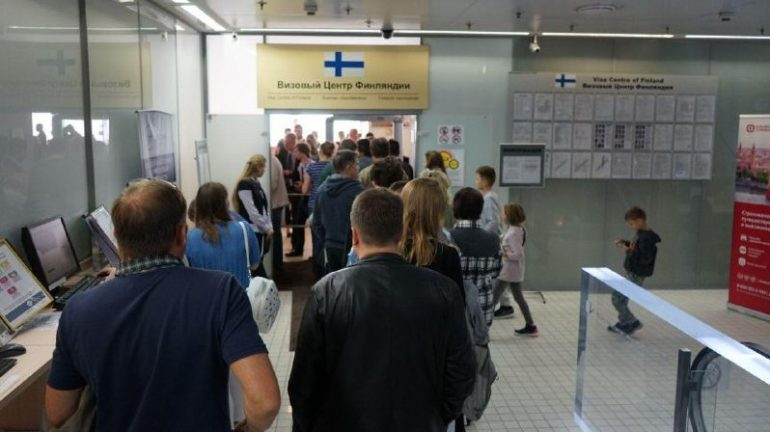 Петербуржцы продолжают стоять в очередях в визовый центр Финляндии