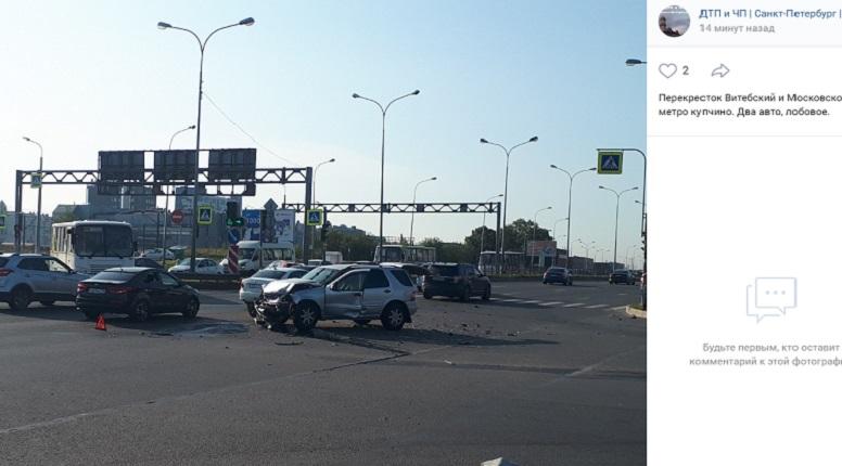 Иномарка раскрошила бампер на перекрестке Витебского и Дунайского