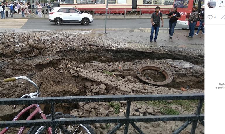 Прорвало трубу на газоне: «Теплосеть» рассказала подробности ЧП у «Дыбенко»