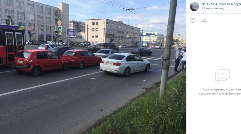 Массовое ДТП затруднило движение на Кантемировской