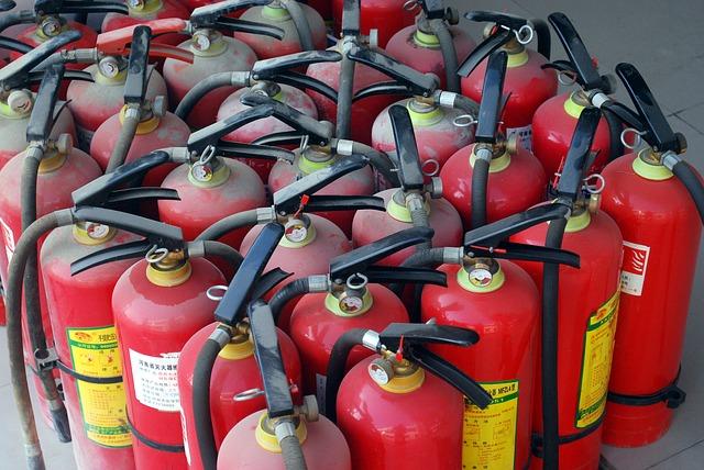 Мало огнетушителей и горючие материалы: какие нарушения нашли спасатели при проверке школ