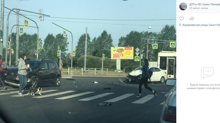Renault вылетел на «зебру» после удара оKIA на Караваевской