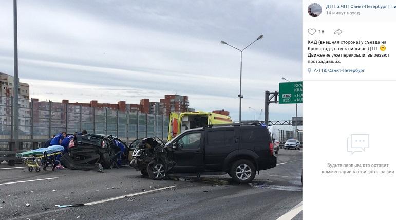 Пострадавших вырезают из авто: очевидцы сообщили о серьезном ДТП на КАД