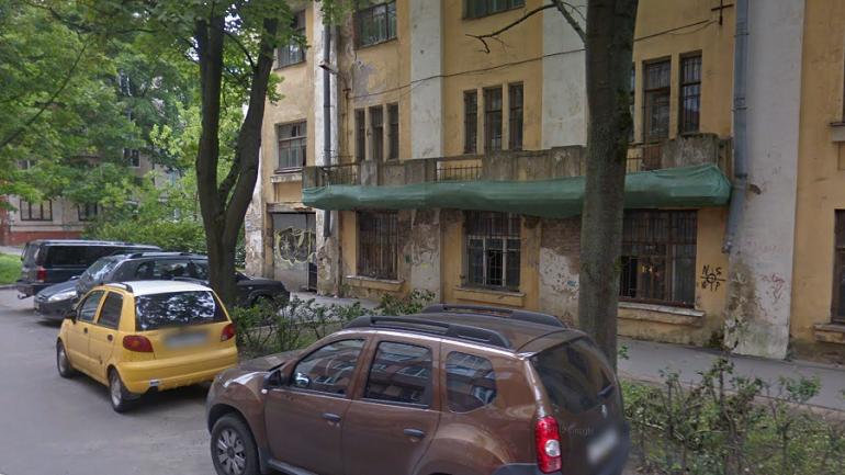 Взрывы петард школьники на Ново-Александровской разнообразили поджогом краски