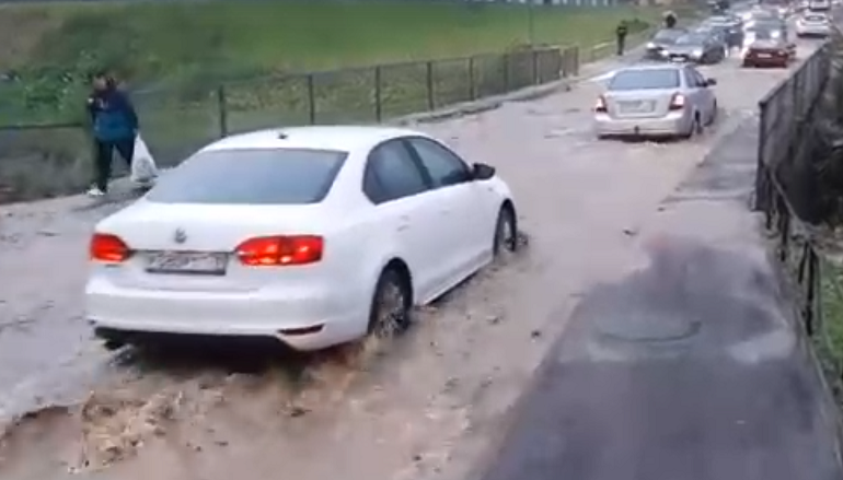 Смольный пугает ливнями «на всю ночь», 17 бригад борются с потопами
