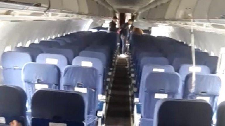 СК опубликовал видео из салона севшего в поле самолета «Уральских авиалиний»