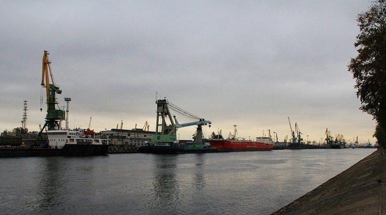 Аварийный транспорт мешает проезду по мосту через Морской канал