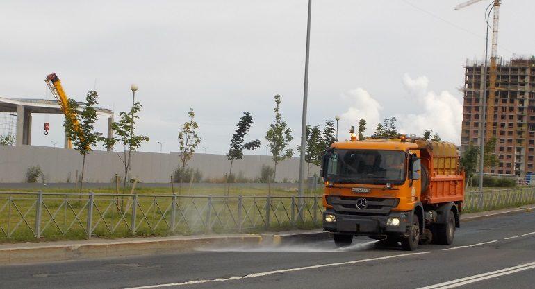 Почти 9 тонн грязи вывезли с улиц Петербурга в сентябре